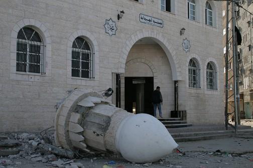 مئذنة المسجد بعد قصفه في حرب 2008