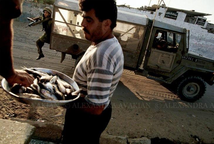 غزاوي يبيع السمك أثناء المواجهات