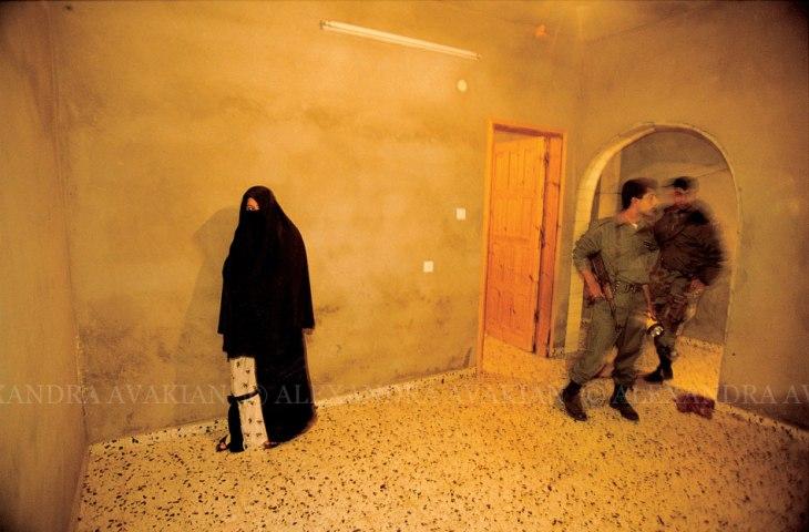 قوات أمن فلسطينية تفتش منزلاً لحماس
