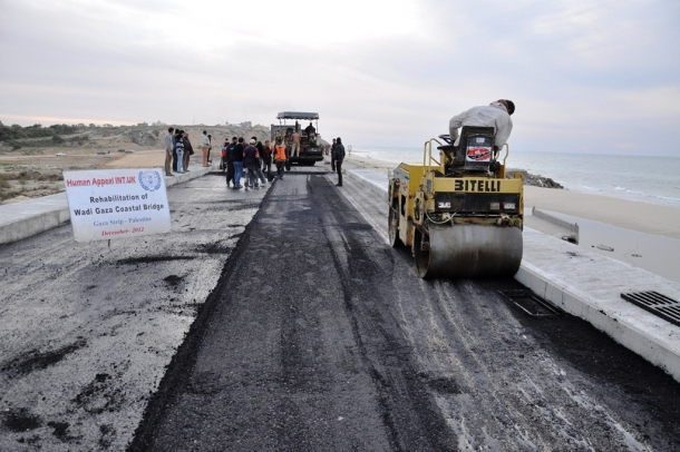 إعادة بناء جسر وادي غزة بعد تدميره في حرب 2012
