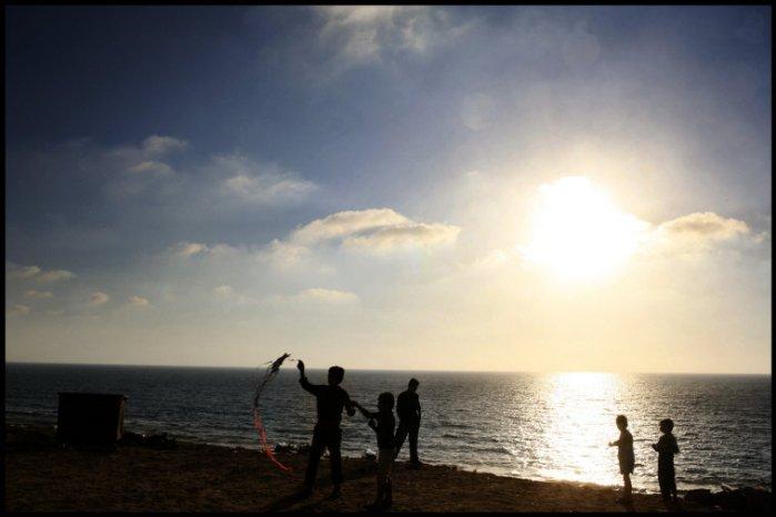 اطفال يلعبون على الشاطئ 2007