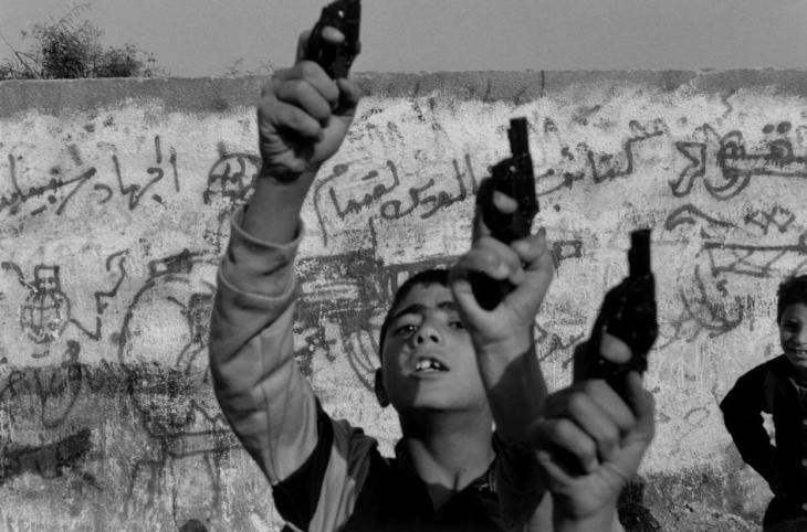 أطفال يحملون مسدسات بلاستيكيّة 1993