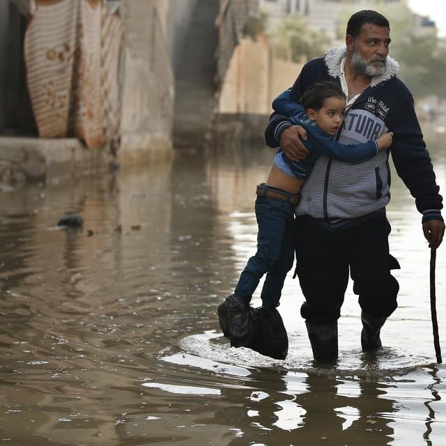المياه العادمة تجتاح منازل المواطنين 2013