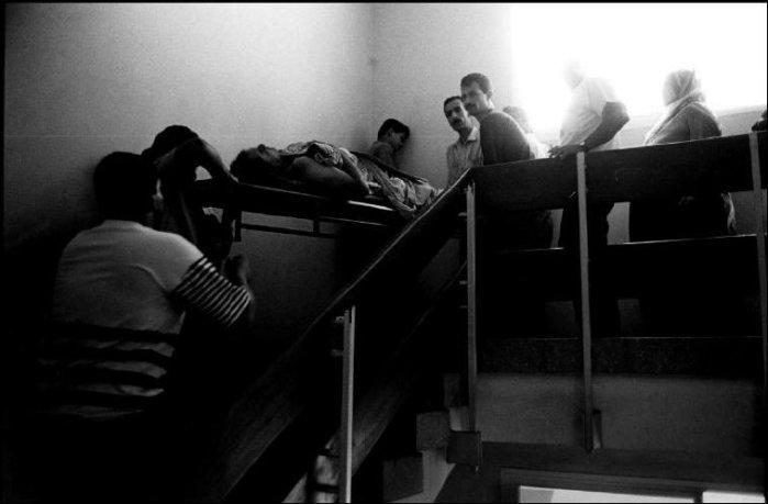 مستشفى الشفاء - استخدام السلالم لنقل الجرحى