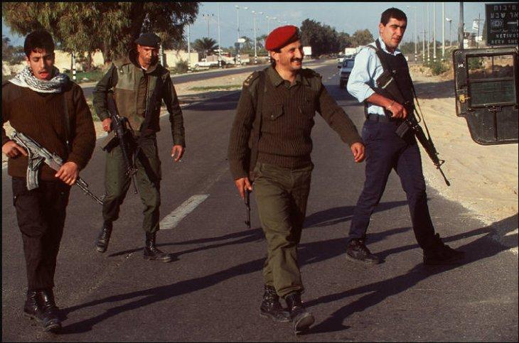 قوة فلسطينية اسرائيلية مشتركة على طريق صلاح الدين شرق غزة 1995