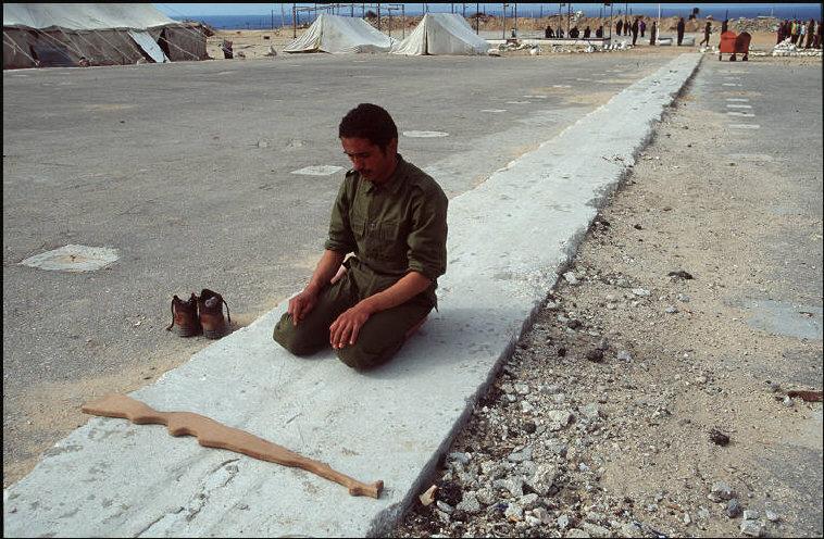 رجل أمن فلسطيني في معسكر تدرين أنصار 2 بعد أن كان سجناً إسرائيلياً