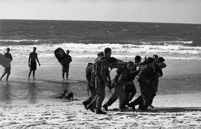 على شاطئ احد المستوطنات 2004