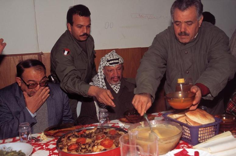 الرئيس عرفات على مائدة الافطار - رمضان 1995