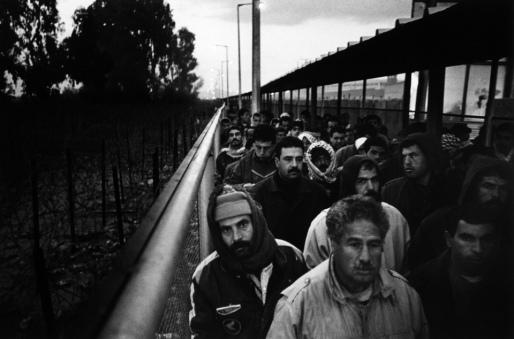عمّال غزّيون يقفون في طوابير بانتظار فتح المعبر أبوابه، 2006.