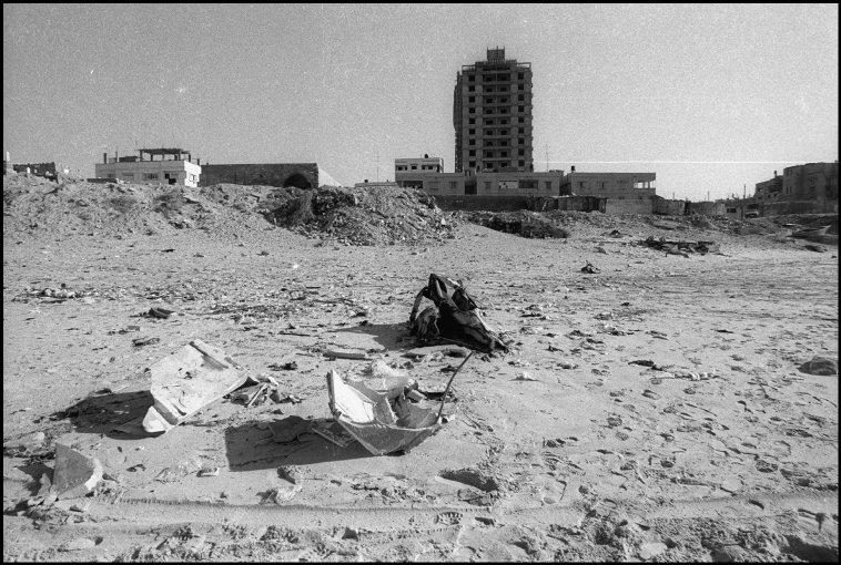 شاطئ غزّة 1994 وتظهر في الخلفية أول بناية عالية على الساحل