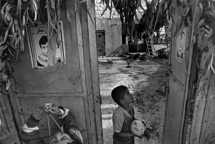 صورة للمهندس يحي عيّاش على أحد أبواب منازل رفح بعد اغتياله في 5 يناير 1996