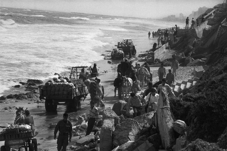 بعد اغلاق الاحتلال لطريق البحر اضطر المواطنون للنزول للشاطئ والتنقل بشكل بدائي 2004